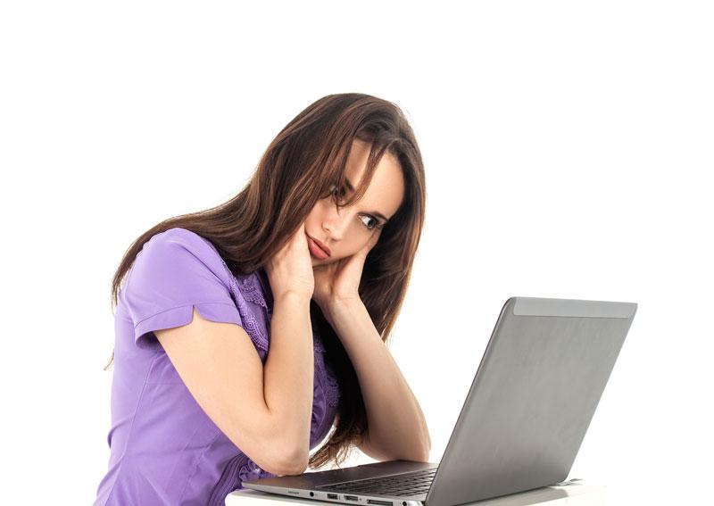 Douleur au niveau du cou, l'une des conséquences du travail assis
