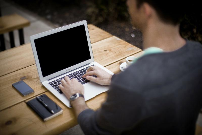Dolor de cuello, una de las consecuencias de trabajar sentado